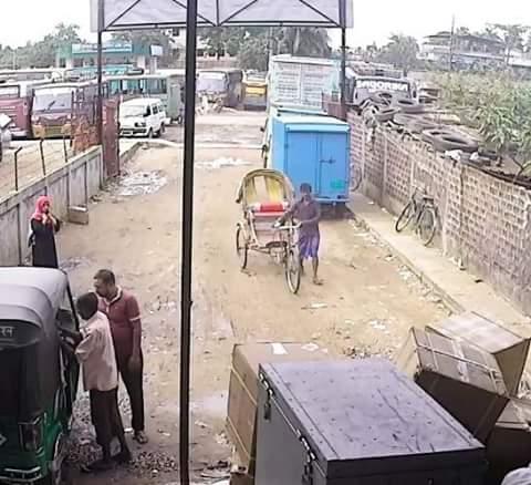 বন্দর থেকে  ৮০ হাজার টাকার কাপড় নিয়ে রিক্সাচালক উধাও