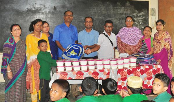 বিশ্বনাথে তালিবপুর প্রাথমিক বিদ্যালয়ে স্কুল ব্যাগ ও টিফিন বক্স বিতরণ