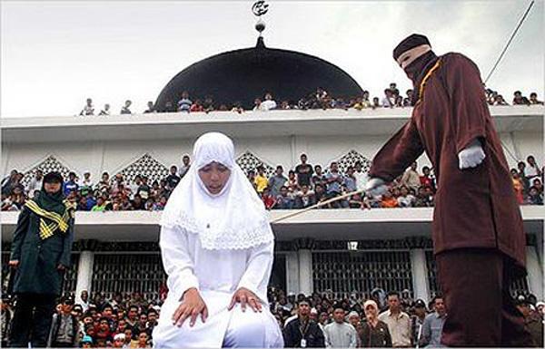 সমকামিতার অভিযোগে মালয়েশিয়ায় দুই মুসলিম নারীকে বেত্রাঘাত