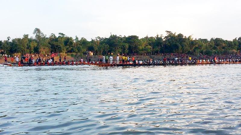 গোলাপগঞ্জের কুশিয়ারা নদীতে নৌকা বাইচ অনুষ্টিত