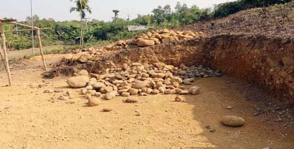 জৈন্তাপুরের গুয়াবাড়ীতে পাহাড়কেটে পাথর উত্তোলন