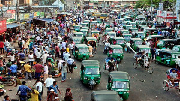 নগরীর রাস্তা দখল করে অবৈধ 'গাড়ি স্ট্যান্ড': ভোগান্তিতে নগরবাসী