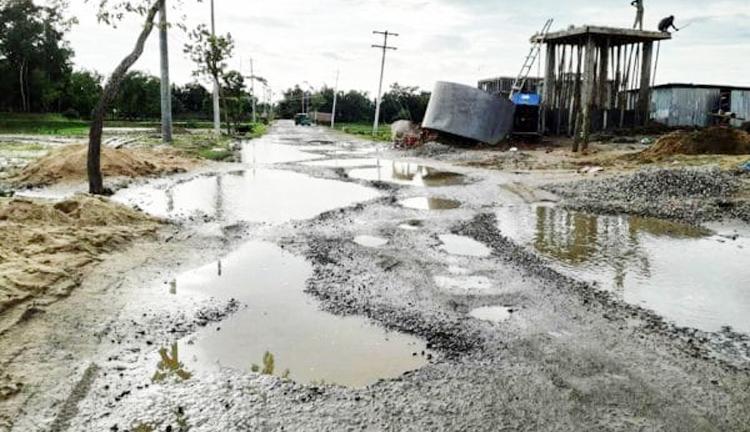 কমলগঞ্জ-মৌলভীবাজার সড়ক এখন মরণফাঁদ