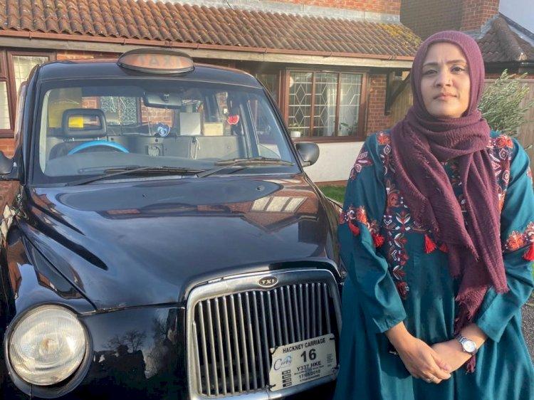 প্রথম বাঙালি নারী হিসেবে হিজাব পরে ট্যাক্সি চালাচ্ছেন সিলেটের শেলী