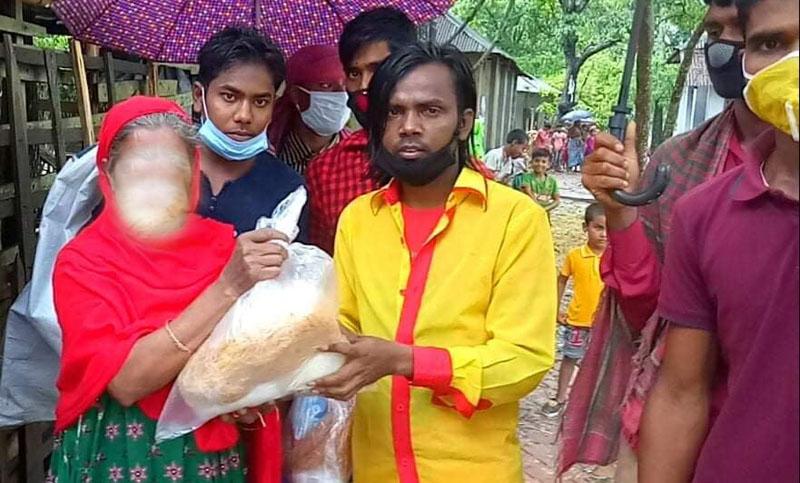 ১০০ দরিদ্র ও অসহায় পরিবারের হাতে হিরো আলমের 'ঈদ উপহার'