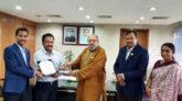 প্রবাসী কল্যাণ মন্ত্রণালয়ে শুদ্ধাচার পুরস্কারপ্রাপ্তদের ক্রেস্ট প্রদান