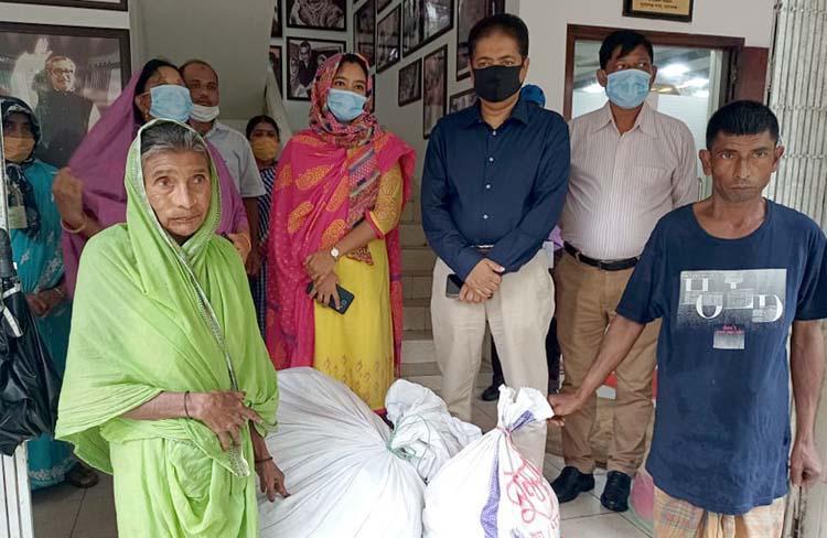 সুনামগঞ্জে ৪জন ভিক্ষুককে মুদি দোকানের মালামাল প্রদান
