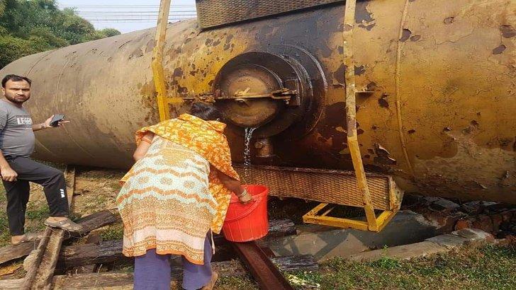 হবিগঞ্জে মালবাহী ট্রেন লাইনচ্যুত: তেল সংগ্রহের হিড়িক