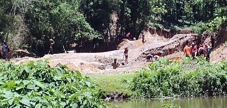 জৈন্তাপুরে পরিবেশ অধিদপ্তরকে বৃদ্ধাঙ্গুলি, পাহাড় কেটে পাথর উত্তোলন অব্যাহত